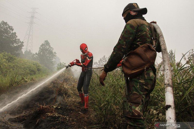 Superhero bantu pemadaman kebakaran hutan di Riau