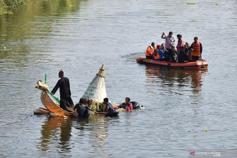 Larung sesaji sungai Madiun