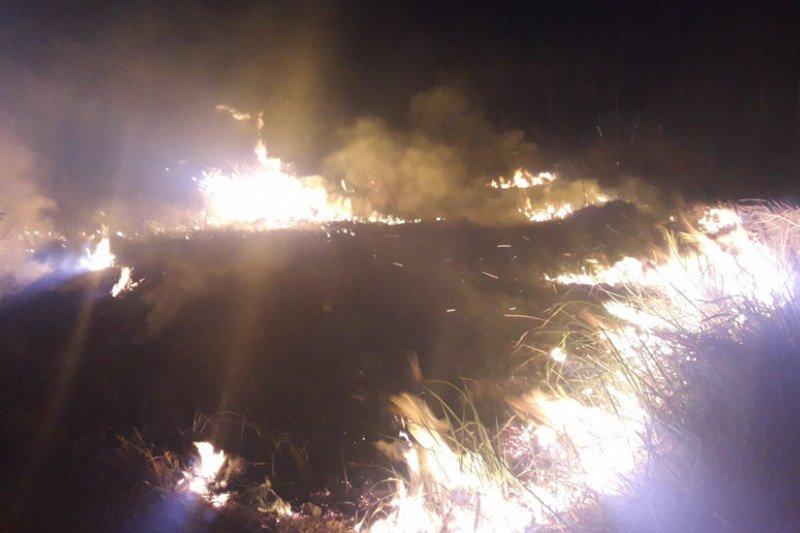 Warga bakar sampah akibatkan lahan dekat perumahan terbakar