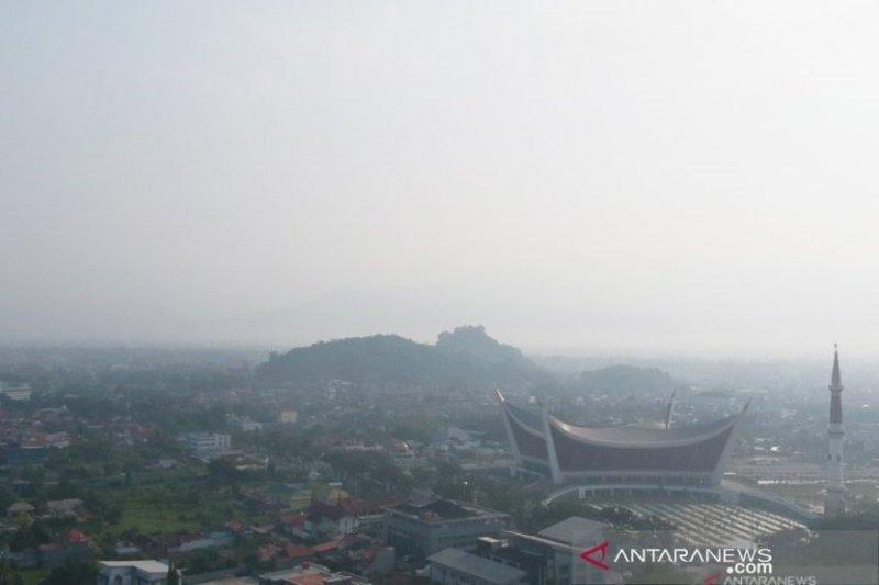 Peluang hujan kecil, Sumbar masih diselimuti kabut asap