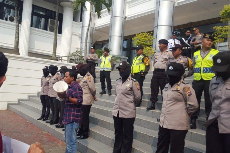 Puluhan orang datangi DPRD Sumbar desak pemerintah sahkan revisi UU KPK