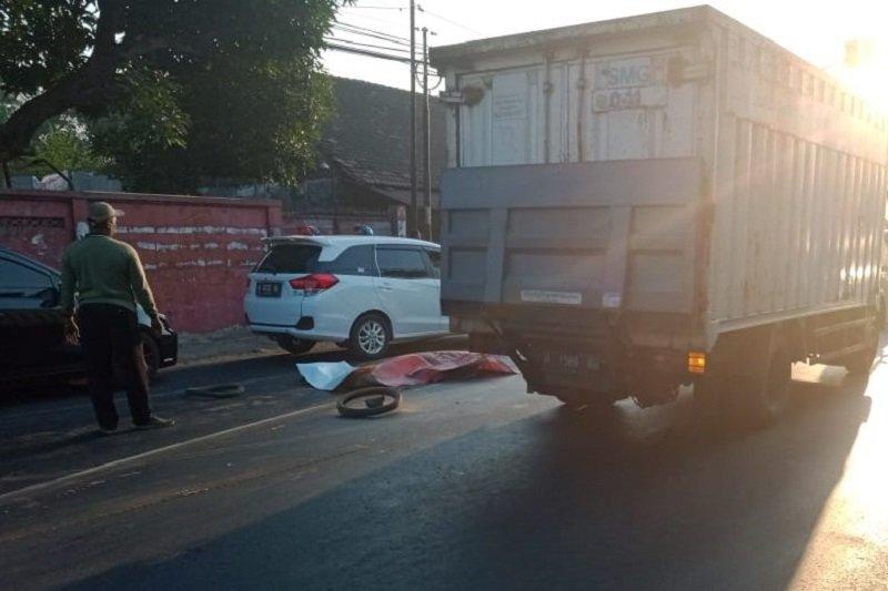 Pengendara motor tewas di kolong truk tronton