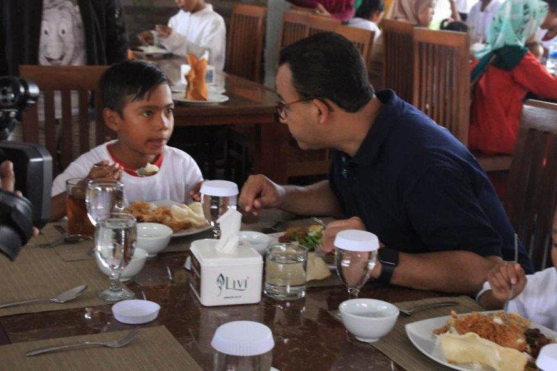 Anies makan siang bersama 200 anak yatim-piatu dari Kepulauan Seribu