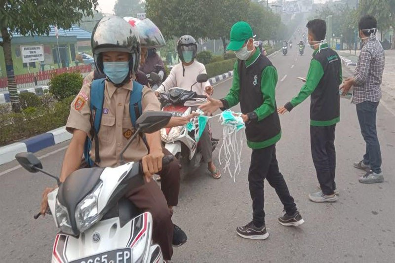 Instansi pemerintah dan mahasiswa di Muara Teweh bagikan masker