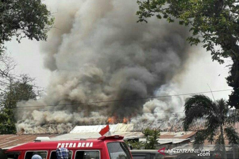 Di Palembang, Asrama Polisi hangus terbakar