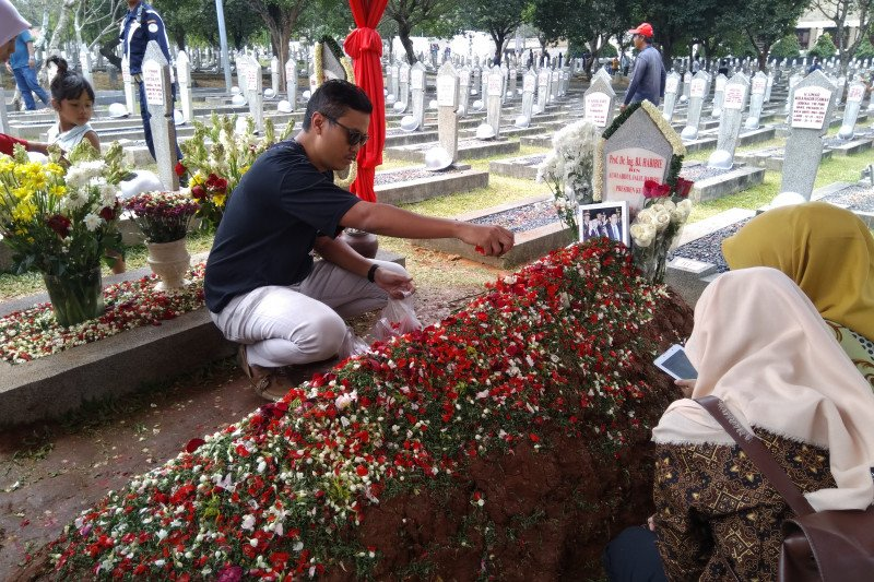 Anak mantan ajudan taruh foto dan surat di makam Habibie