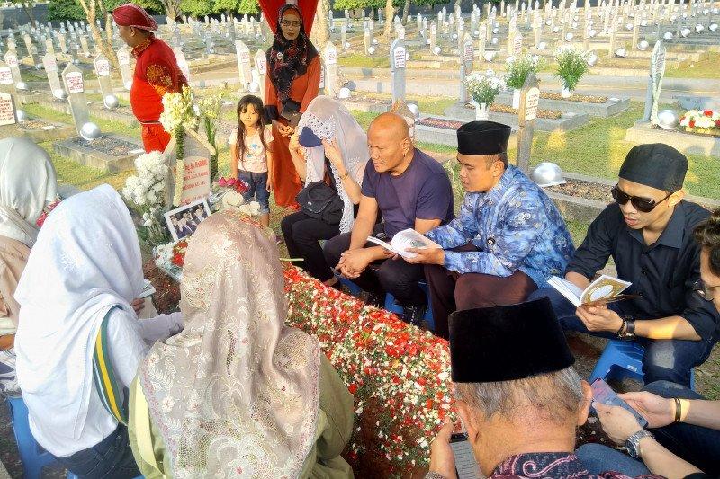 Adrie Subono bacakan Yasin di makam  Habibie