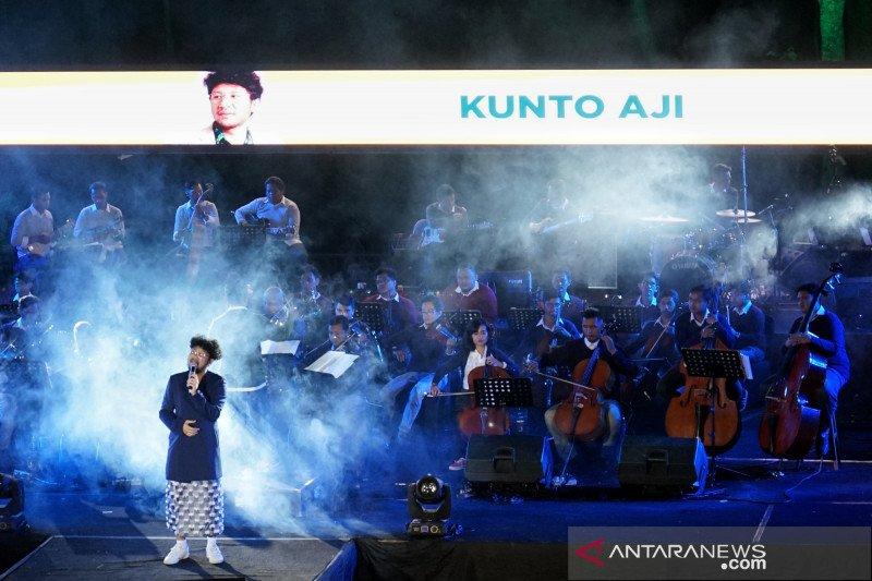 Aksi Kunto Aji di konser Keroncong Plesiran di Yogyakarta