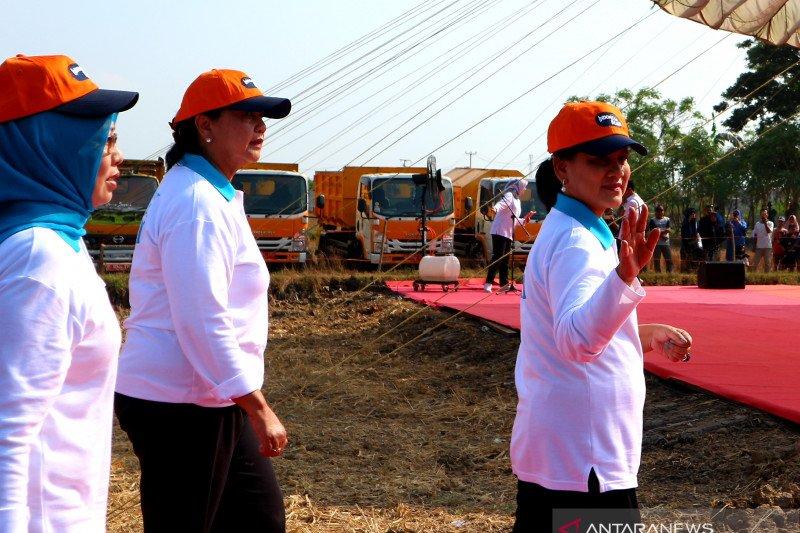 Iriana Jokowi berkelakar cari menantu untuk Kaesang saat memberi kuis kepada siswi SMA