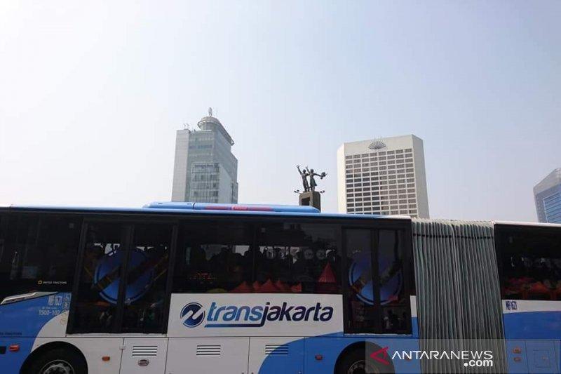 Penumpang TransJakarta di Halte Pramuka bertambah sejak ganjil genap