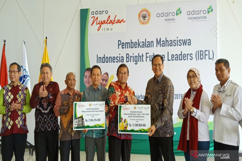 Adaro disburses IDR12,5 billion for 128 ULM students scholarship