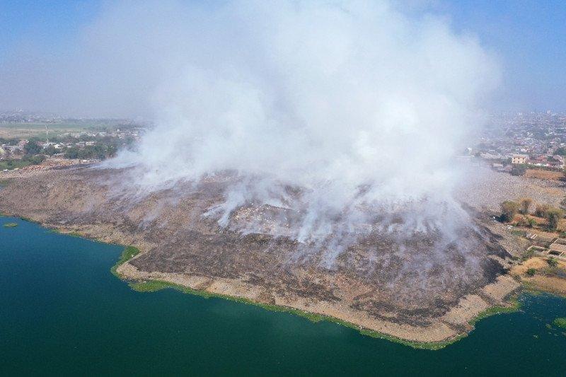 Pemadaman TPA Tamangapa Makassar 15 jam sisakan polusi asap