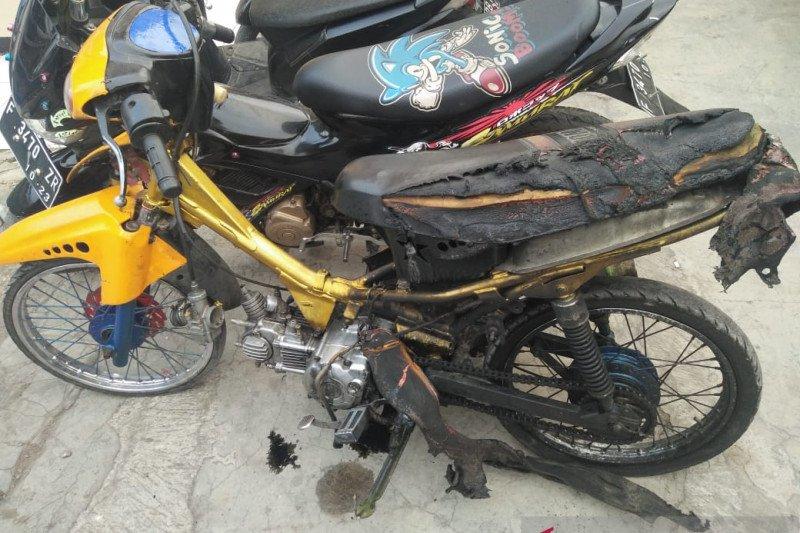 Tidak terima ditilang petugas, pengendara bakar sepeda motor