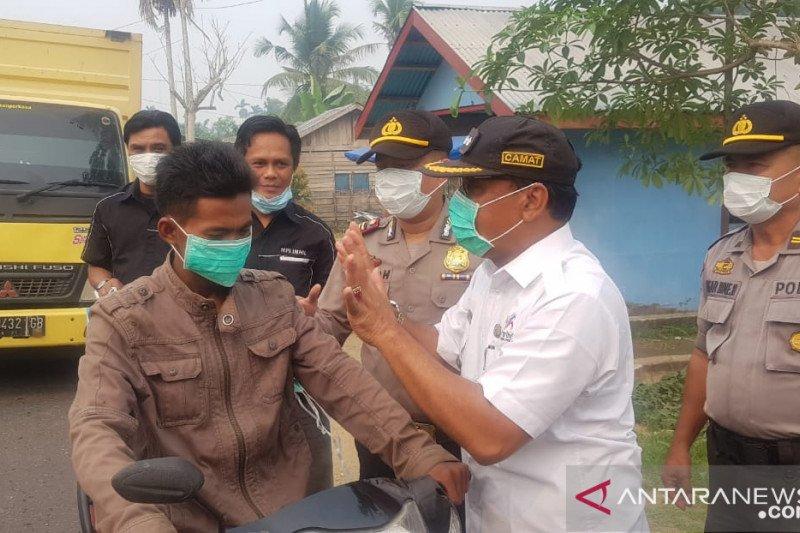 Karhutla Riau - Masyarakat Peduli Inhil bersama Polsek Tembilahan Hulu bagikan 4.000 masker