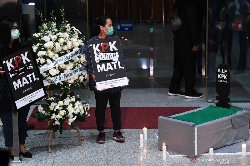 Pegawai dan aktivis antikorupsi lakukan aksi simbolik