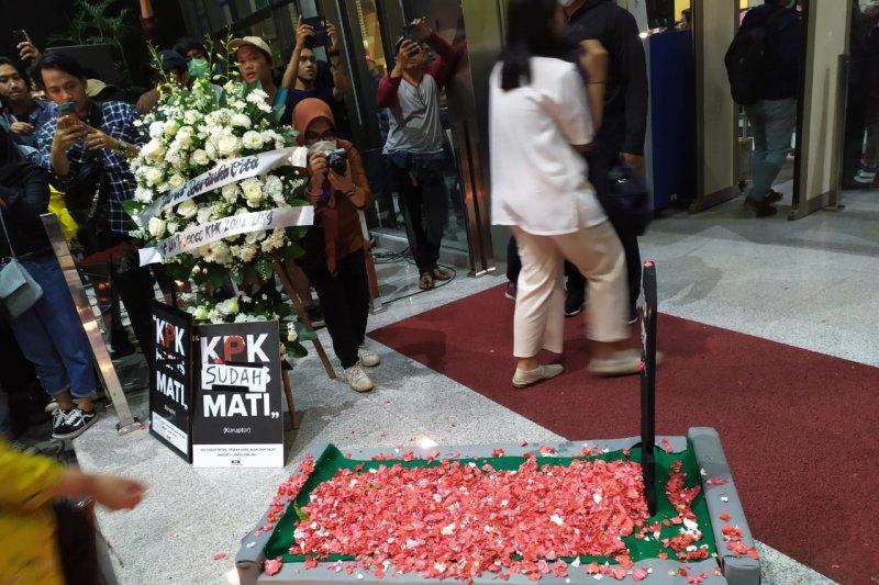 "Aktivis antikorupsi lakukan aksi simbolik ""pemakaman"" KPK"
