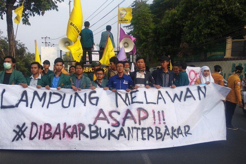 Mahasiswa Lampung gelar aksi solidaritas tolak asap karhutla