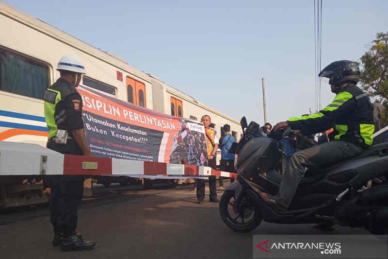 KAI Cirebon sosialisasi keselamatan pengguna jalan di perlintasan sebidang