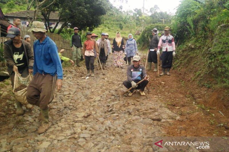 Warga Cianjur berharap perbaikan jalan kabupaten