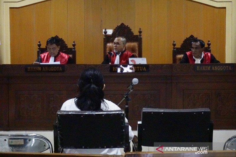 Terdakwa Liliana memaparkan asal-usul uang suap Rp1,2 miliar