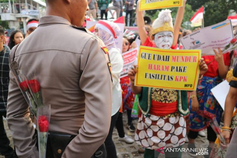 Pengunjuk rasa pendukung KPK bagikan mawar ke polisi