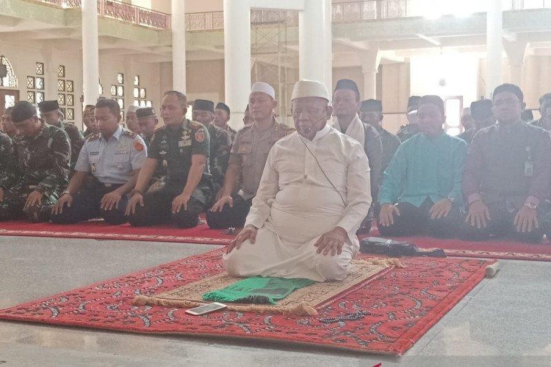 Personel TNI dan Polri di Tarakan menunaikan shalat minta hujan