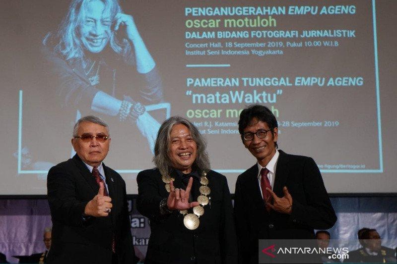 Empu Ageng untuk maestro foto jurnalistik Indonesia