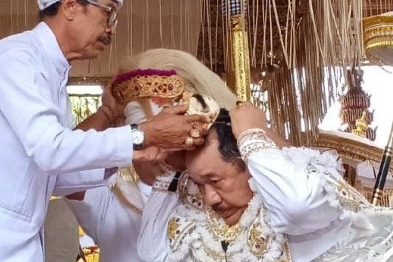 Tari topeng sidakarya dibawakan Wagub Bali di Pura Desa Bentuyung