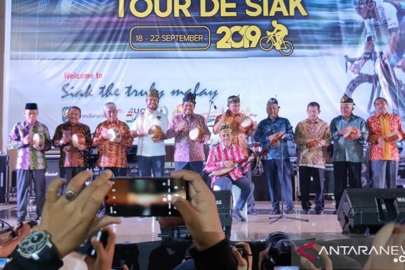 Tour de Siak - Dibuka Gubri dan dihibur Andra and the Backbone