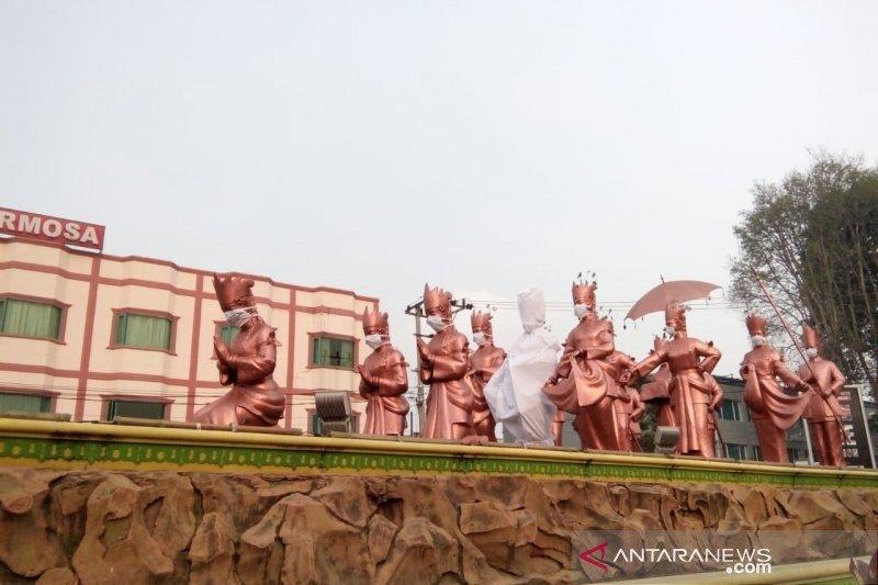 Aktivis Jambi kafani patung selamat datang dengan kain kafan