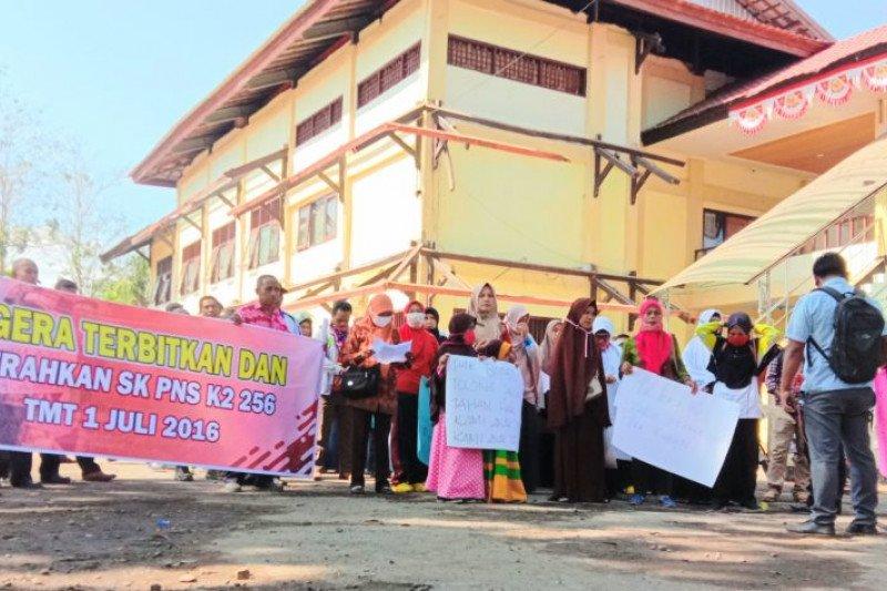 "SK belum juga terbit, 256 CPNS ""serbu"" kantor Pemkab Dompu"