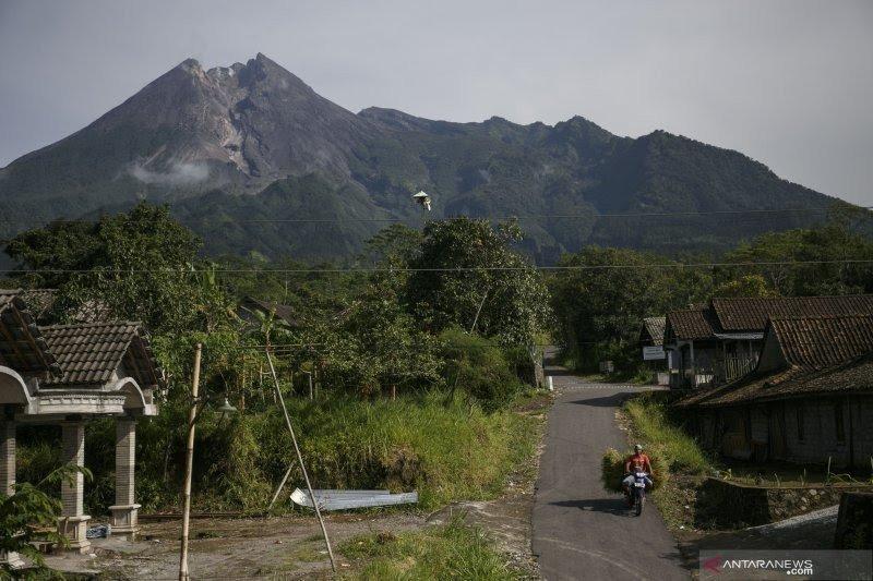 Guguran lava keluar dari Gunung Merapi sejauh 550 meter