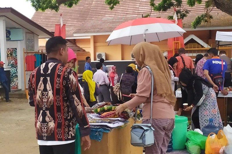 Pedagang suvenir manfaatkan momen FLS2N 2019 Lampung