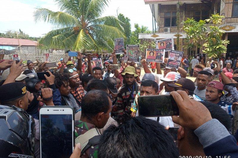 Massa berkumpul di kantor Dewan Adat Papua di Manokwari, sejumlah sekolah pilih libur