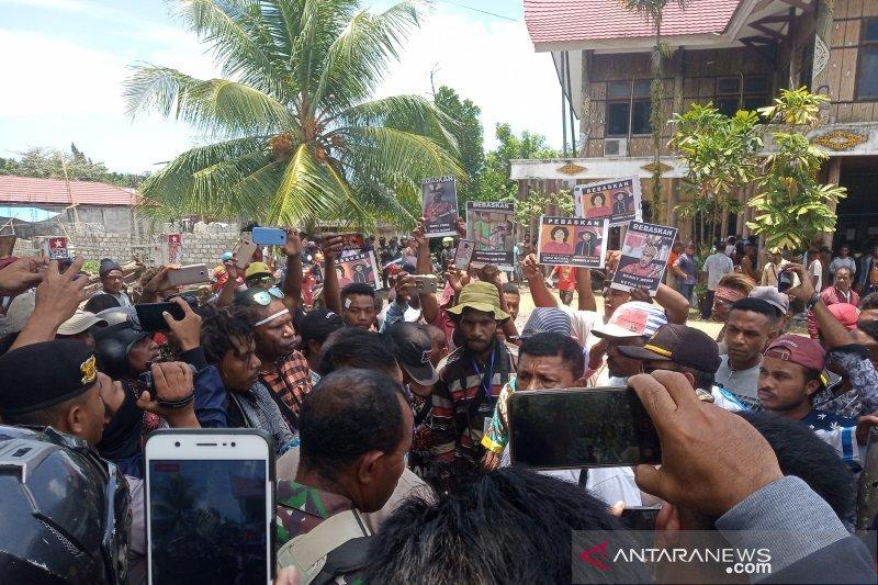 Aksi massa di Manokwari berkumpul di kantor Dewan Adat Papua