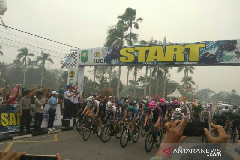 Tour de Siak - Peserta etape pertama pakai masker akibat kabut asap