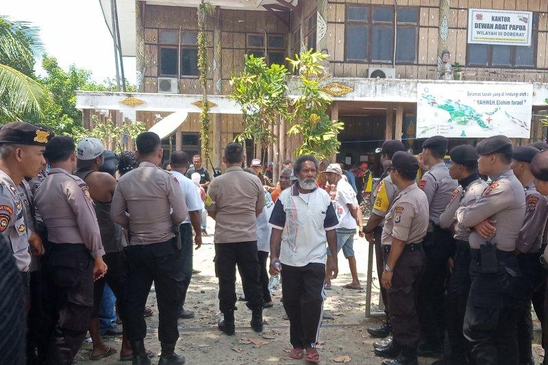 Polisi bukarkan massa di DAB Manokwari