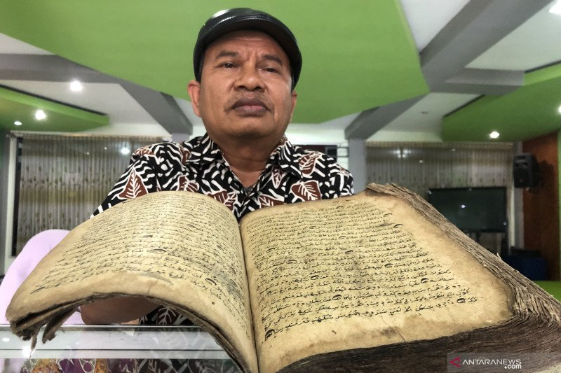 Manuskrip kuno digitalisasi kolektor untuk lestarikan sejarah