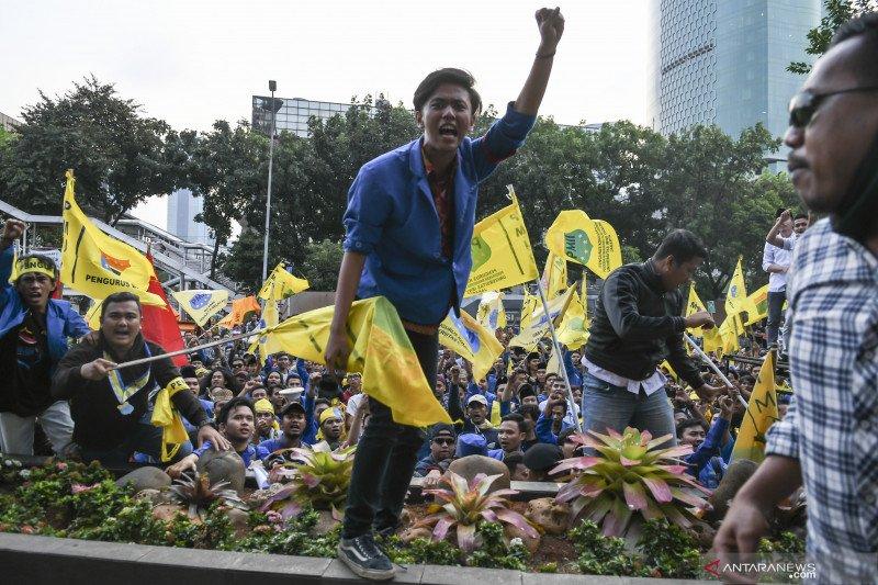 Polisi halau mundur pengunjuk rasa di depan gedung KPK