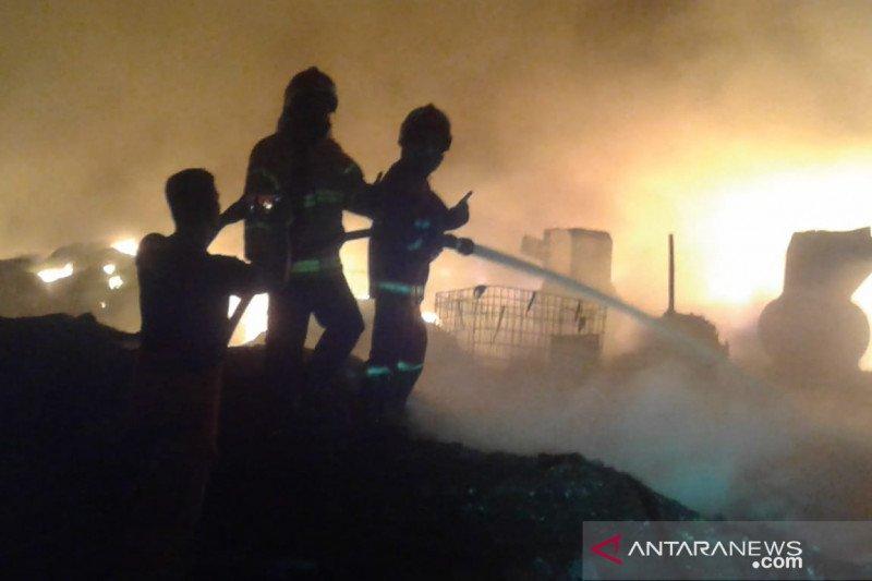 Lapak bijih plastik terbakar diduga akibat warga bakar sampah