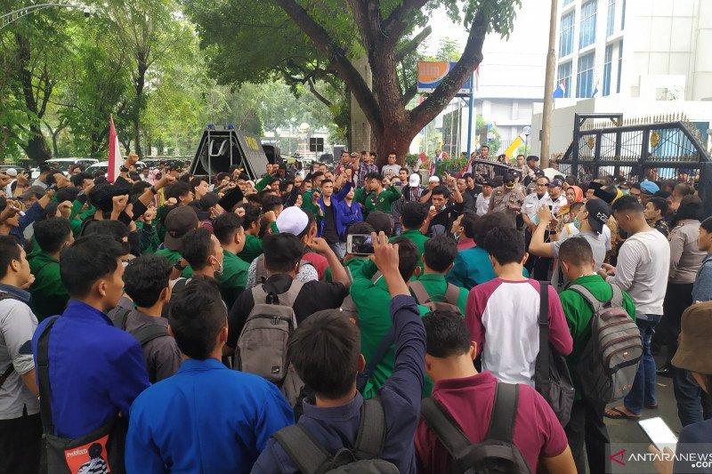 Tolak revisi UU KPK, ratusan mahasiswa di Medan beraksi di DPRD Sumut