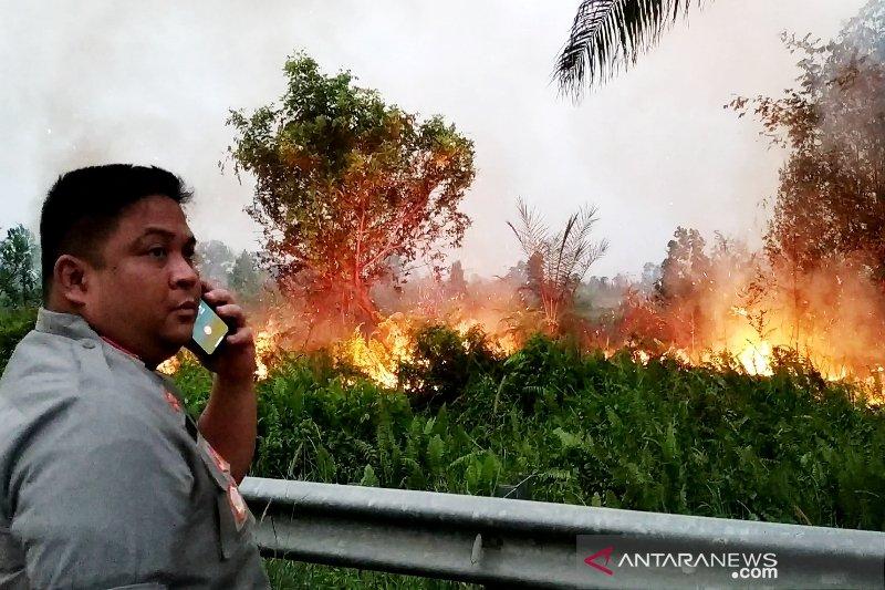 Kapolres Kotim bantu pemadaman kebakaran lahan hingga malam