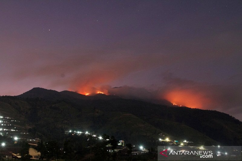 Gunung Merbabu yang terbakar masih sisakan titik api