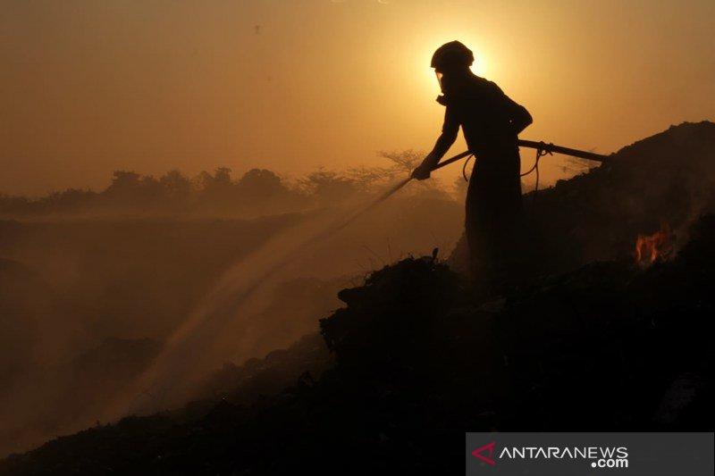 Penanggulangan kebakaran sampah TPA Antang