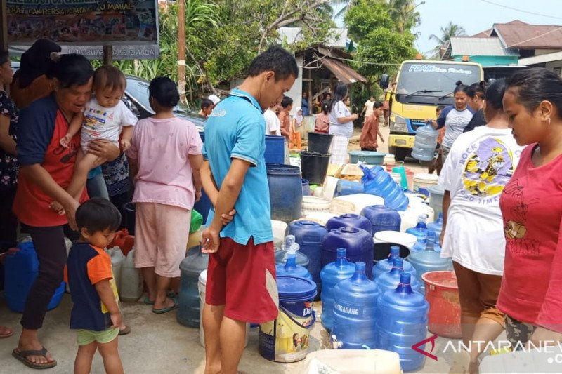 Anggota DPRD  Padang salurkan  air bersih ke masyarakat Bukit Gado-Gado