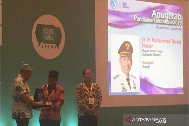 Bupati Lutim raih Anugerah Pendidikan 2019 dari IGI