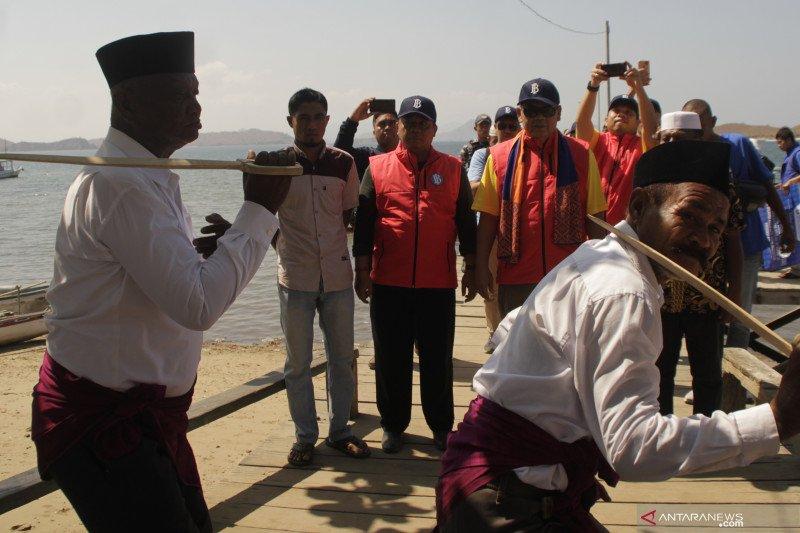 Ekspedisi Kas Keliling - Tim BI disambut tarian Manca di Pulau Komodo