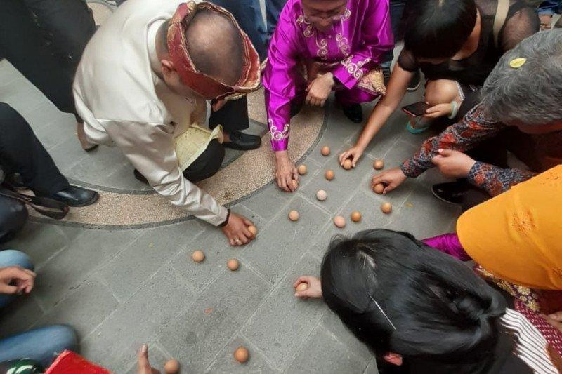 1.220 telur berdiri di Pontianak tembus rekor MURI