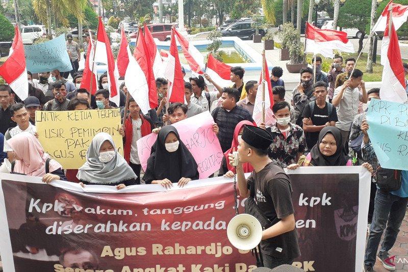 Puluhan masyarakat peduli KPK sampaikan lima tuntutan di DPRD Sumbar