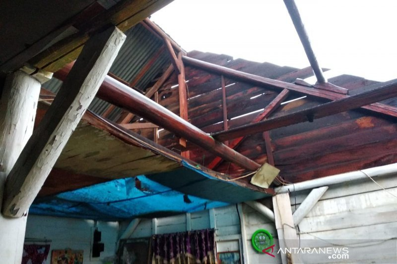 Hujan disertai angin rusak 10 rumah warga di Mentok